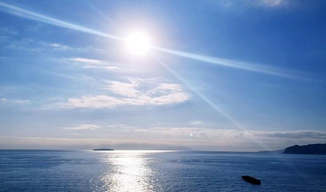 太陽 熱放射は電磁波によって熱が動く事で、輻射熱とも言われています。