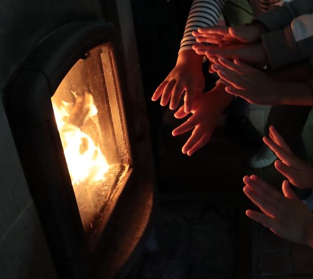 温かいストーブ ストーブから熱伝導でやかんに熱が伝わりやかんの中の水が温められ対流し蒸気が上に上がっていきます。